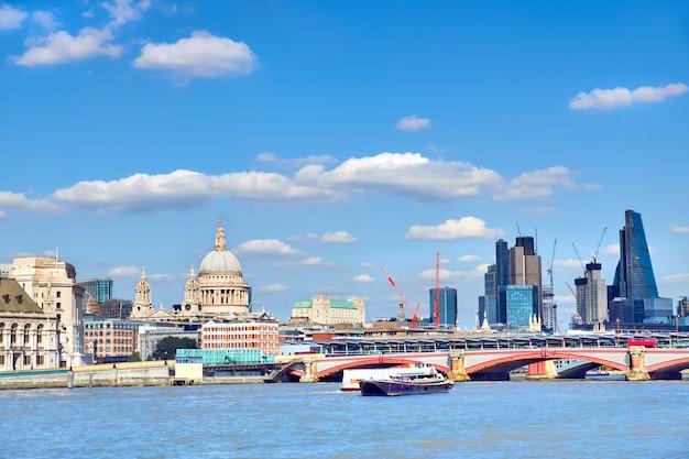 Лондонский панорамный вид на темзу с собором святого павла и лондона
