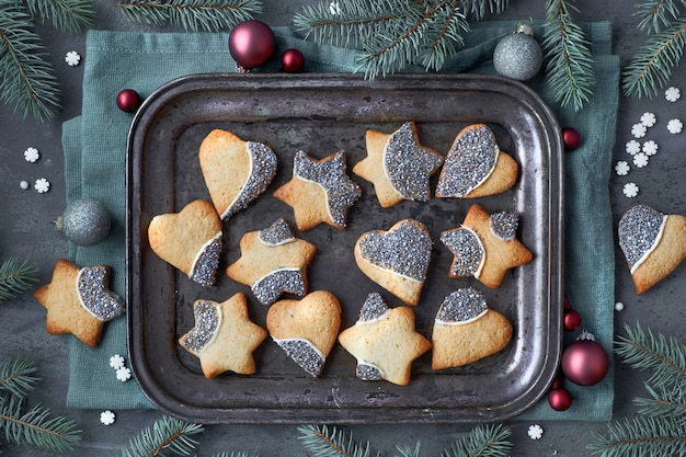 ハートと金属製のトレイに星の形でクリスマスクッキーとクリスマスの背景