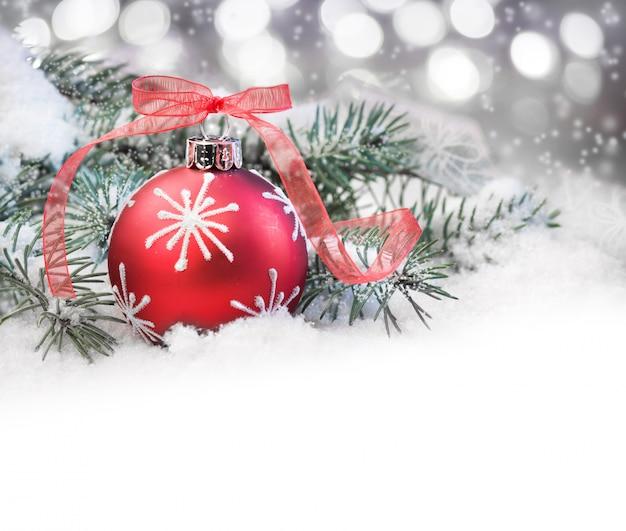 Красная рождественская безделушка и подпись