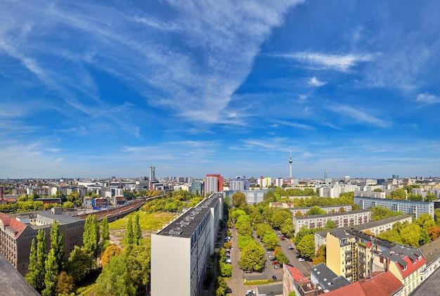 上からベルリン東部:近代的な建物、アレクサンダー広場のテレビ塔、街のスカイライン