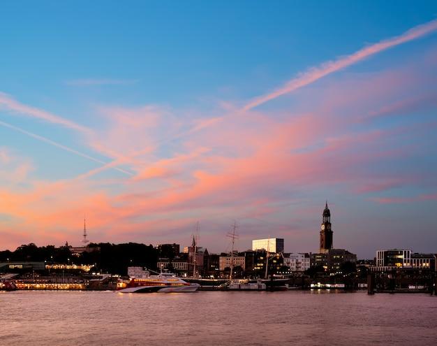 日没時のハンブルクのスカイライン