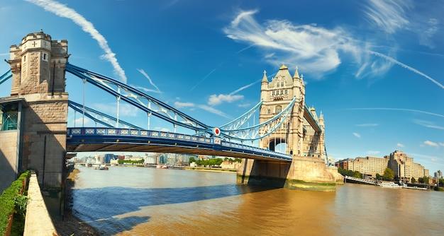 明るく晴れた日にロンドンのタワーブリッジのパノラマ画像