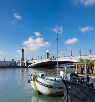 パリのアレクサンドル橋で川のボート