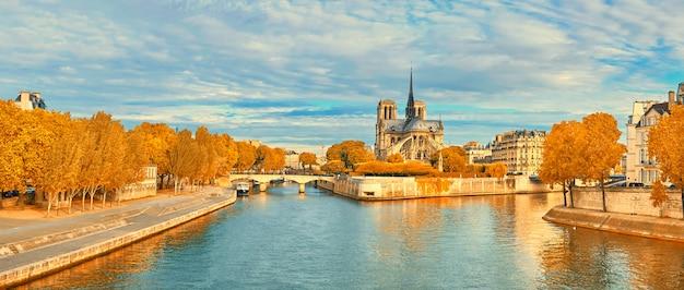 秋のパリのノートルダム寺院とセーヌ川の眺め