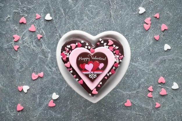 チョコレートと砂糖の装飾とあいさつ文とバレンタインハートケーキ