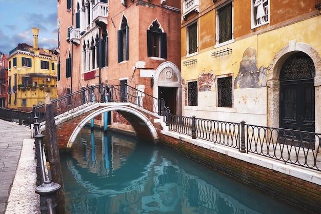 古い家屋とヴェネツィア中心部の運河に架かる橋