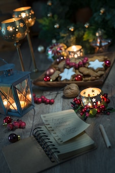 クッキー、キャンドル、レシピ本のクリスマスデコレーション