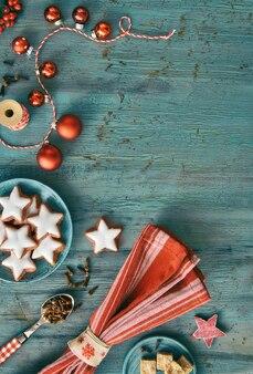 素朴なターコイズブルーの木に赤と白のクリスマス背景