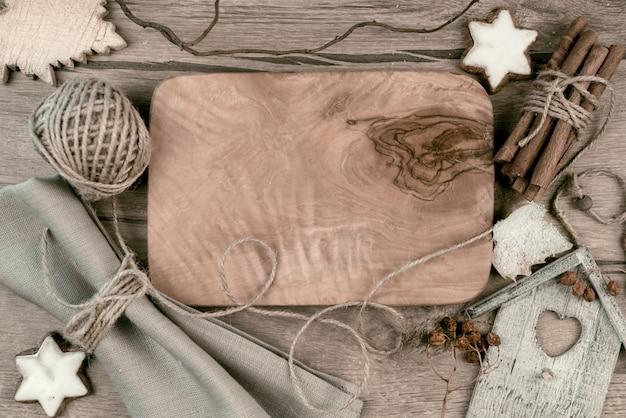 冬の装飾の周りの木の板