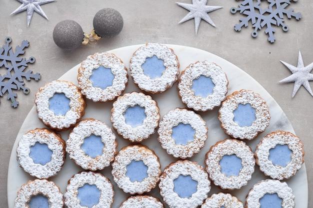 青いガラスと花リンツァークッキーのトップビュー