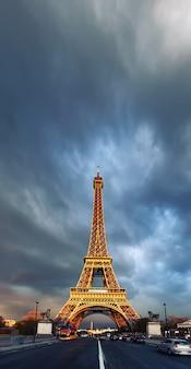 嵐の夜のエッフェル塔