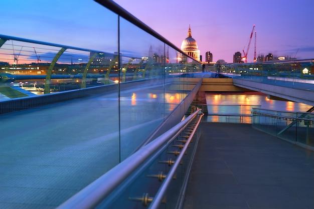 ロンドン中心部のセントポール大聖堂に続くミレニアムブリッジ