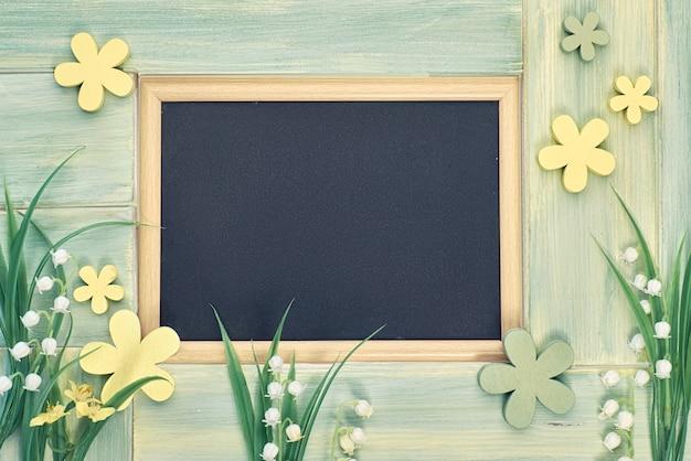 春の花に囲まれた黒板