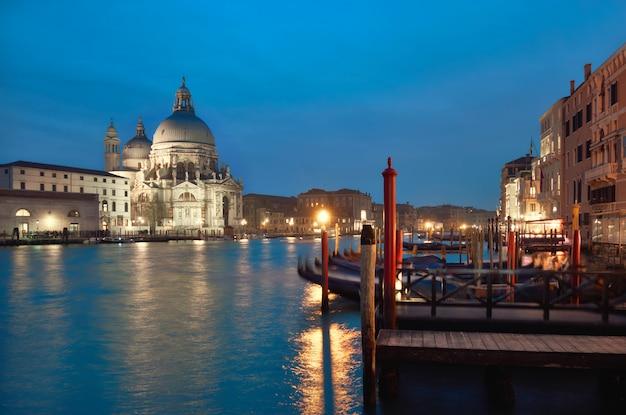 Освещенная церковь санта мария делла салюте в венеции, италия