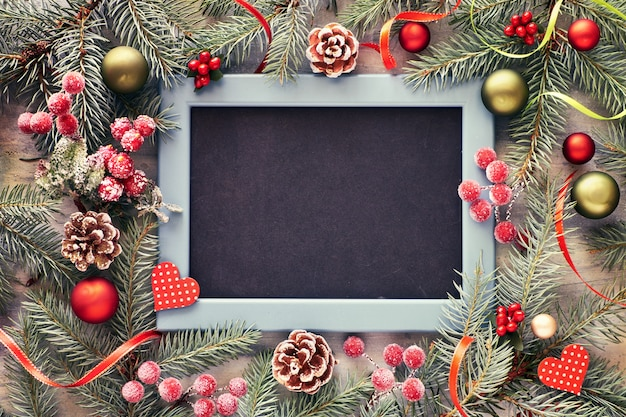 つまらないもの、ベリー、黒板と星で飾られたモミの小枝