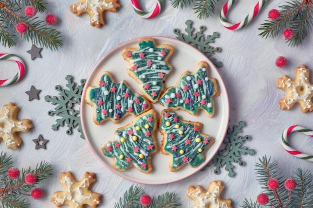 クリスマスツリーと雪の形のクリスマスクッキー