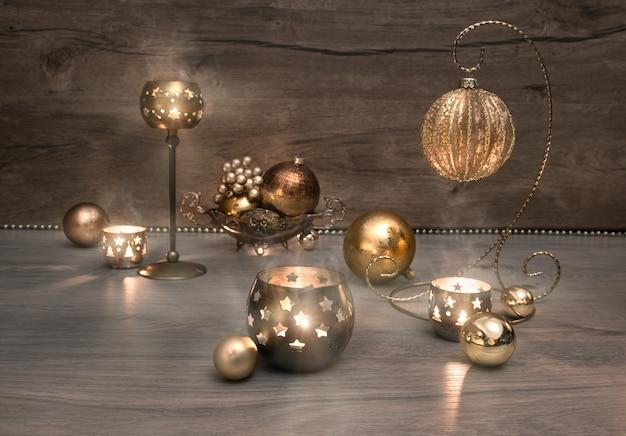 ビンテージクリスマスの装飾、つまらないもの、木製の表面に非常に熱い蝋燭