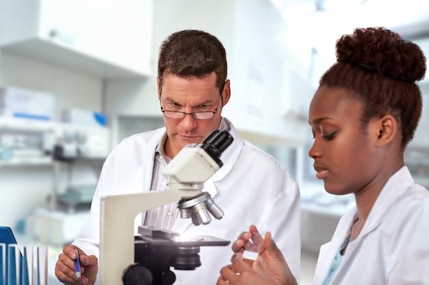 Ученые мужского и женского пола, работают в научно-исследовательском учреждении
