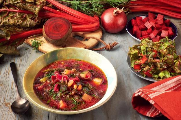 春の食べ物:ビートの根と新鮮な葉の野菜スープ