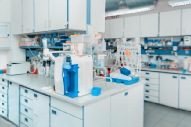 科学的:焦点が合っていない現代の研究室のインテリア