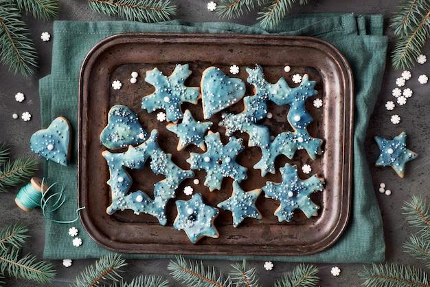 雪の結晶、星の形でクリスマスクッキーのトレイ、金属製のベーキングトレイに聞く