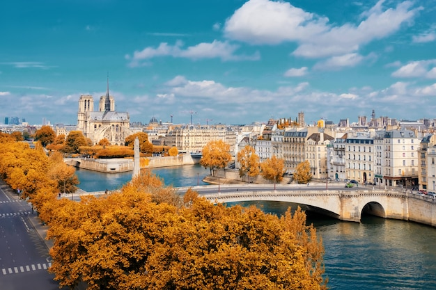 秋のパリのノートルダム大聖堂