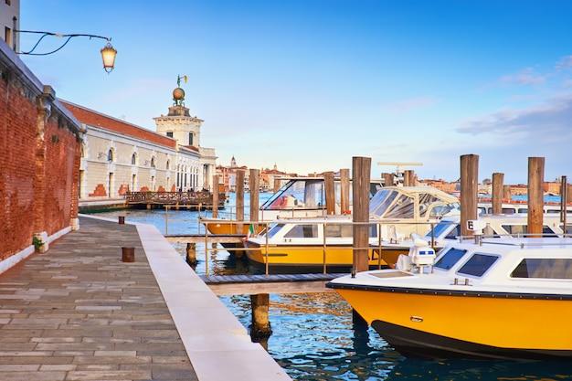 Моторные лодки пунта делла догана в венеции, италия