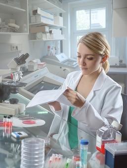 Молодая женщина ученый работает в лаборатории