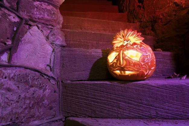 階段の上のハロウィンのカボチャ