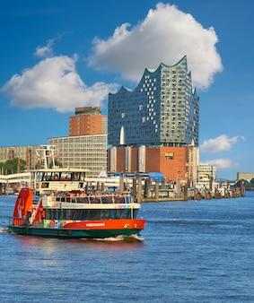 Лодка с туристами идет по реке эльбе в гамбурге