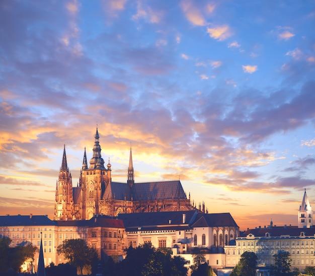 日没時のプラハ城のクローズアップ