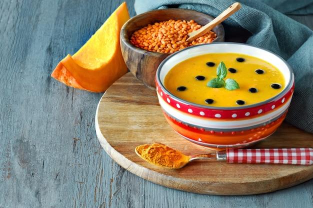 赤レンズ豆とウコンのスパイシーなカボチャスープ