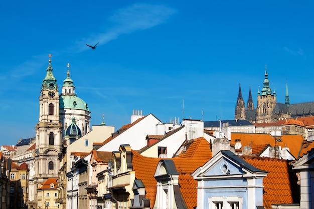 オレンジ色の屋根またはプラハ