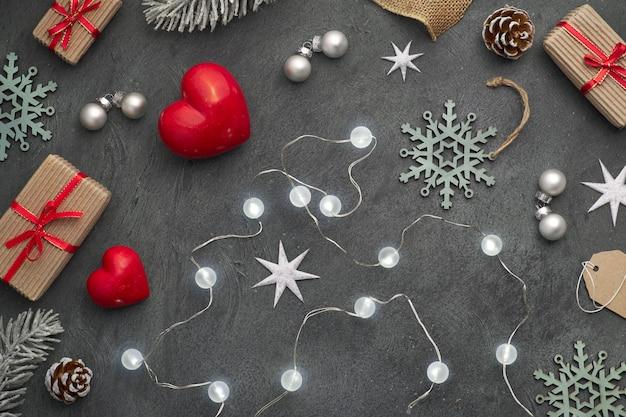 クリスマスライト、赤い石の心、包まれた贈り物、タグ、暗闇のコードと装身具