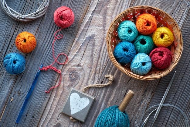 かぎ針編み、素朴な木の上の糸球のトップビュー