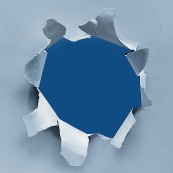 紙の穴、トレンディな背景の古典的な青い色