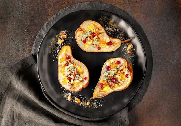 ブルーチーズ、ウォールナッツ、ジャムで焼いた梨