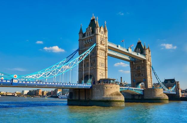 春の明るい晴れた日にタワーブリッジ。