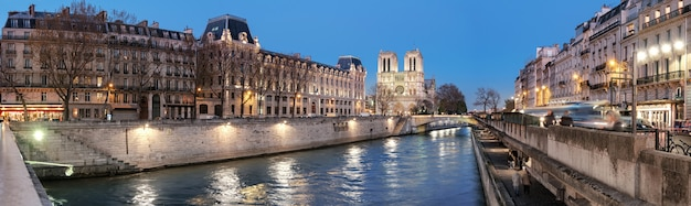 Вечерняя панорама освещенного парижа и реки сены