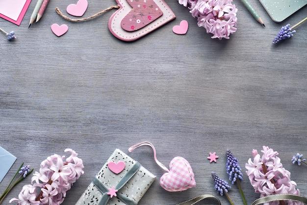 バレンタインの日や春のお祝い、ヒヤシンスの花、カード、ギフト、コピースペースとピンクのハートとフラットレイアウト