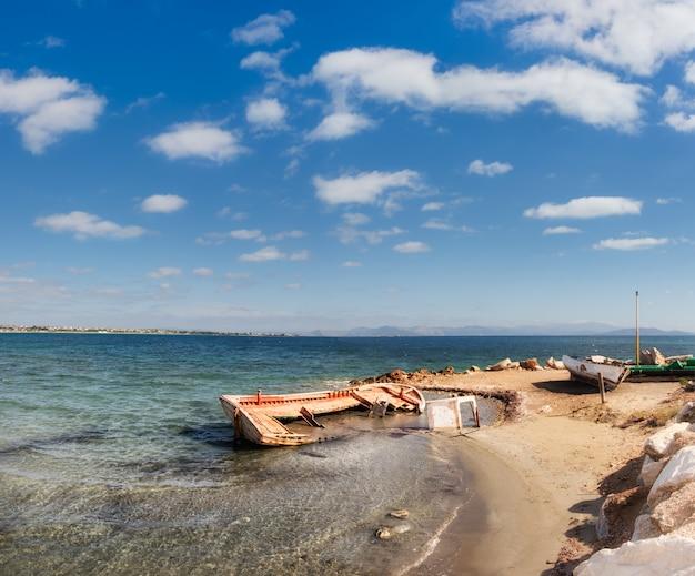 エーゲ海の海岸の古い漁師のボート