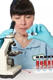 若い女性の顕微鏡技師の肖像画