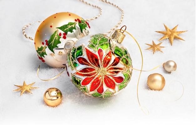 ポインセチアのデザインと雪の上の黄金の装飾クリスマスつまらない