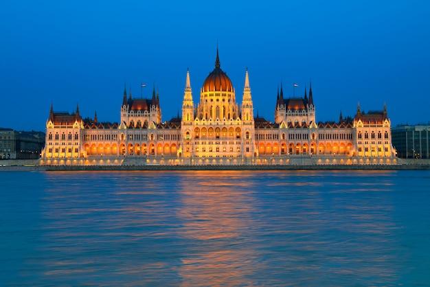 夜のハンガリー、ブダペストの国会議事堂