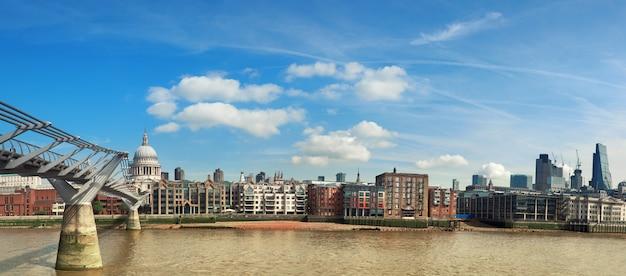 Лондон, панорамный вид на темзу с мостом тысячелетия и собором святого павла