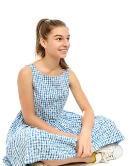 Портрет кавказская девушка с широкой улыбкой, показывая брекеты