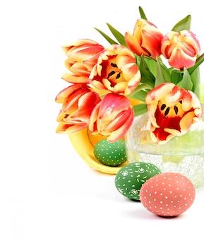 チューリップ、卵、キャプションのイースターアレンジメント「ハッピーイースター」