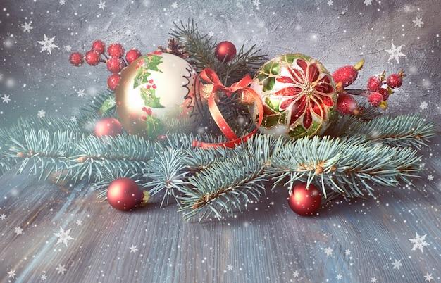素朴な木に緑、赤、白のクリスマスアレンジ
