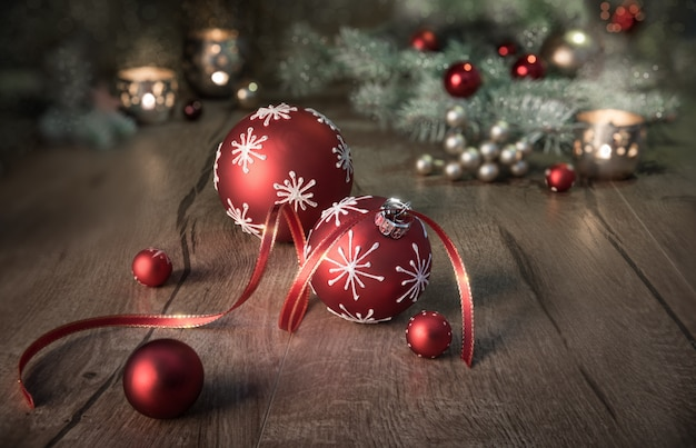 木製のテーブルに赤と白のクリスマスアレンジ