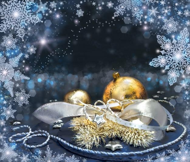金と銀のクリスマスの飾り